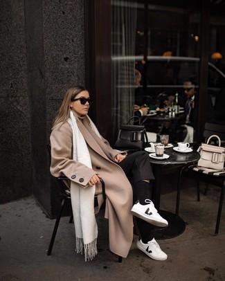 Модный лук: бежевое пальто, бежевая водолазка, черные классические брюки, бело-черные кожаные низкие кеды