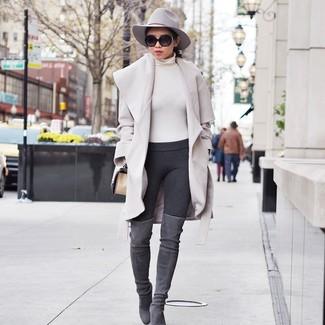 Как и с чем носить: бежевое пальто, бежевая водолазка, темно-серые леггинсы, серые замшевые ботфорты