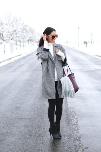 Как и с чем носить: серое пальто, белая водолазка, черные леггинсы, черные кожаные ботильоны c бахромой