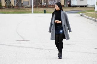 Как и с чем носить: серое пальто, синяя водолазка, темно-синяя джинсовая мини-юбка, черные кожаные ботильоны