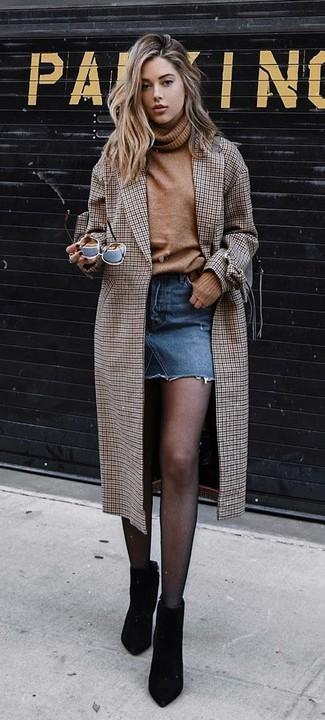 Как и с чем носить: коричневое пальто в клетку, светло-коричневая шерстяная водолазка, синяя джинсовая мини-юбка, черные замшевые ботильоны