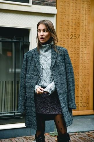 Как и с чем носить: темно-серое пальто в шотландскую клетку, серая вязаная водолазка, темно-серая твидовая мини-юбка, черные замшевые сапоги