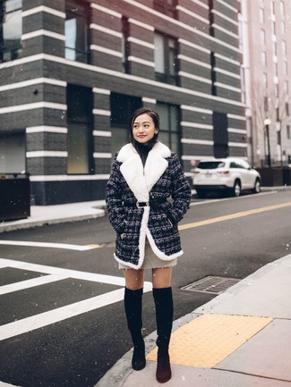 Как и с чем носить: темно-серое твидовое пальто, черная водолазка, бежевая мини-юбка, черные замшевые ботфорты