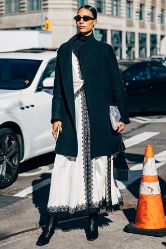 Как и с чем носить: черное пальто, черная водолазка, бело-черное кружевное платье-комбинация, черные кожаные ботильоны