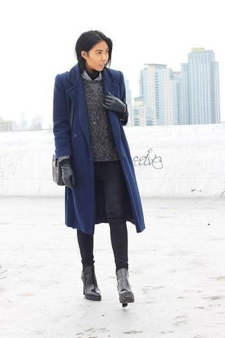 Модные женские луки 2020 фото зима 2020: Темно-синее пальто и черные джинсы скинни прекрасно вписываются в гардероб самых требовательных красавиц. Вкупе с этим ансамблем органично будут выглядеть черные кожаные ботильоны. Этот ансамбль станет хорошим выбором, если за окном сильный мороз.