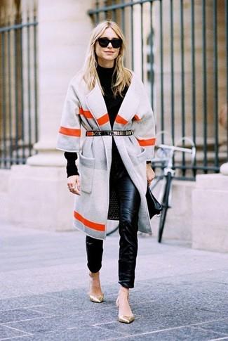 Как и с чем носить: серое пальто в горизонтальную полоску, черная водолазка, черные кожаные узкие брюки, золотые кожаные балетки