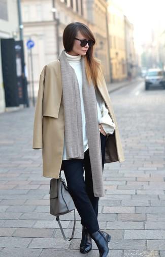 Как и с чем носить: светло-коричневое пальто, белая водолазка, черные узкие брюки, черные кожаные ботильоны