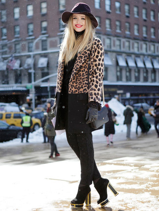 Как и с чем носить: коричневое пальто с леопардовым принтом, черная водолазка, черные узкие брюки, черные замшевые ботильоны