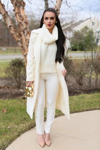 Как и с чем носить: бежевое пальто, бежевая шерстяная вязаная водолазка, белые узкие брюки, бежевые кожаные туфли