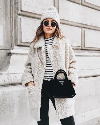 Как и с чем носить: бежевое флисовое пальто, бело-черная водолазка в горизонтальную полоску, черные узкие брюки, черная замшевая сумка через плечо