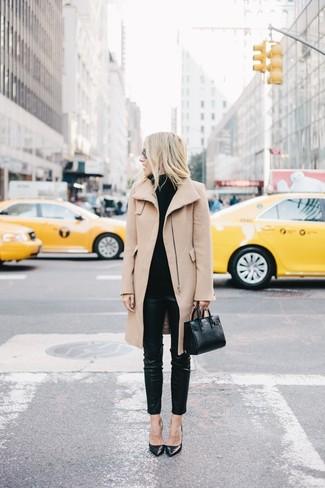 Сочетание светло-коричневого пальто и черных кожаных узких брюк подходит и для работы в офисе, и для вечера с друзьями. Очень стильно здесь будут смотреться черные кожаные туфли.