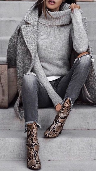 Как и с чем носить: серое пальто, серая вязаная водолазка, белая футболка с круглым вырезом, серые рваные джинсы
