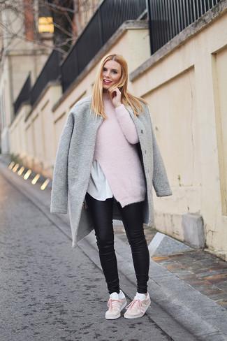 Как и с чем носить: серое пальто, розовая водолазка из мохера, белая футболка с круглым вырезом, черные кожаные джинсы скинни