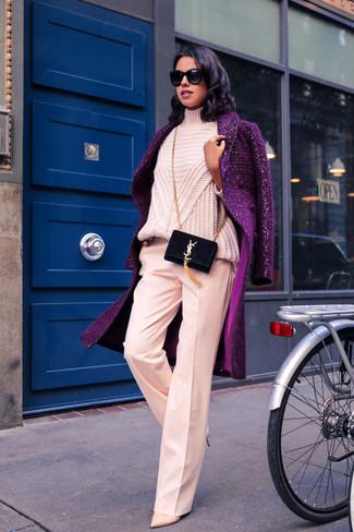 Как и с чем носить: пурпурное пальто, розовая вязаная водолазка, розовые широкие брюки, бежевые кожаные туфли