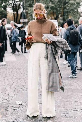 Как и с чем носить: серое пальто в клетку, коричневая водолазка, белые широкие брюки, белые кожаные туфли