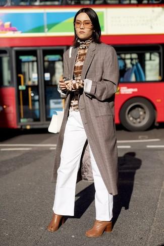 Как и с чем носить: коричневое пальто в шотландскую клетку, коричневая водолазка c принтом тай-дай, белые джинсовые широкие брюки, табачные кожаные ботильоны