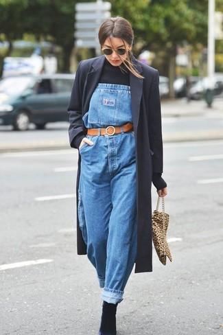 Как и с чем носить: черное пальто, черная водолазка, синие джинсовые штаны-комбинезон, черные замшевые ботильоны