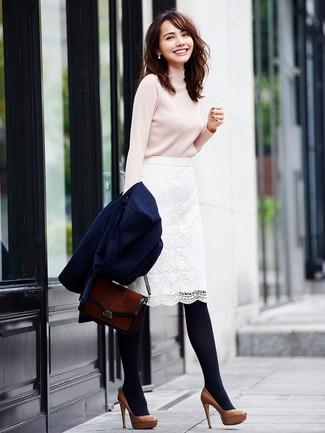 Как и с чем носить: темно-синее пальто, бежевая водолазка, белая кружевная юбка-карандаш, коричневые кожаные туфли
