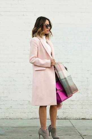 Как и с чем носить: розовое пальто, белая водолазка, темно-коричневая юбка-карандаш, серые замшевые ботильоны