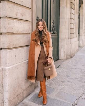 Как и с чем носить: бежевое пальто, темно-серая водолазка, коричневая юбка-карандаш в клетку, табачные кожаные сапоги