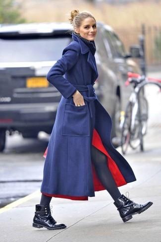 Как и с чем носить: темно-синее пальто, темно-синяя шерстяная вязаная водолазка, красная юбка-миди с разрезом, черные кожаные ботинки на шнуровке