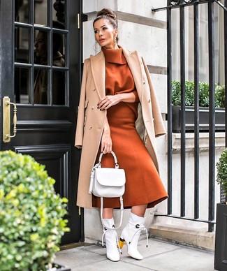 Как и с чем носить: светло-коричневое пальто, табачная водолазка, табачная шерстяная юбка-миди, белые кожаные ботильоны