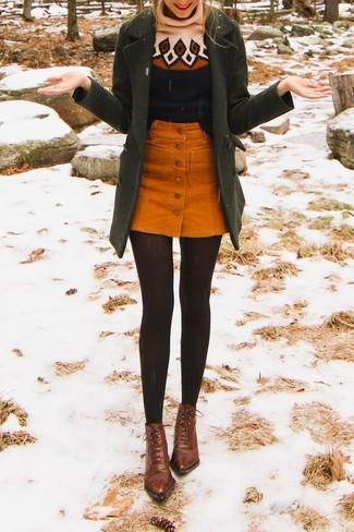 Как и с чем носить: оливковое пальто, черная шерстяная водолазка с принтом, оранжевая вельветовая юбка на пуговицах, коричневые кожаные ботильоны на шнуровке
