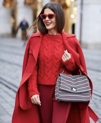 Красные солнцезащитные очки: с чем носить и как сочетать женщине: Красное пальто и красные солнцезащитные очки помогут создать несложный и практичный ансамбль для выходного в парке или развлекательном центре.