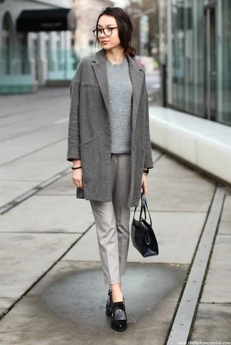 Как и с чем носить: серое пальто, серый вязаный свитер, серые брюки-галифе, черные кожаные ботильоны