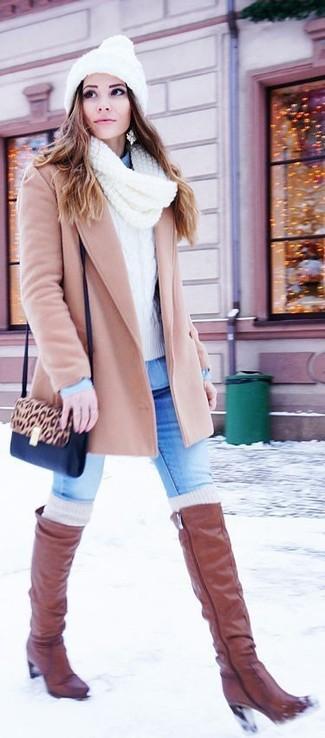 Как и с чем носить: бежевое пальто, белый вязаный свитер, голубая джинсовая рубашка, синие джинсы скинни