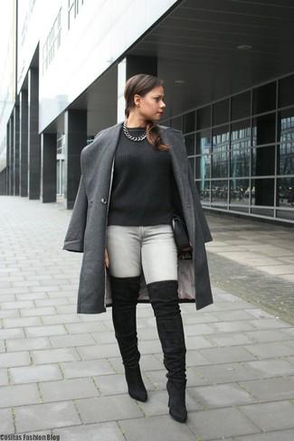 Как и с чем носить: темно-серое пальто, черный вязаный свитер, серые джинсы скинни, черные замшевые ботфорты