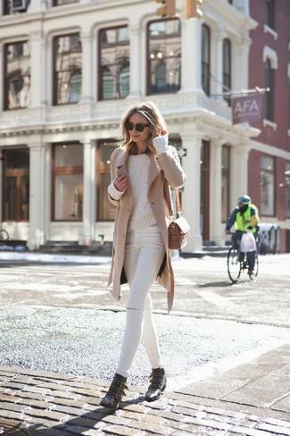 Как и с чем носить: светло-коричневое пальто, бежевый вязаный свитер, белые рваные джинсы скинни, черные кожаные ботильоны с шипами