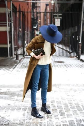 Как и с чем носить: коричневое пальто, бежевый вязаный свитер, синие джинсы скинни, черные кожаные ботинки челси