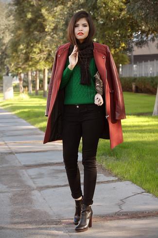 Как и с чем носить: темно-красное пальто, зеленый вязаный свитер, черные джинсы скинни, черные кожаные ботильоны