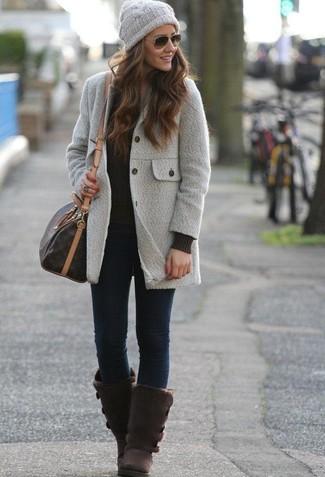 Как и с чем носить: серое пальто, черный вязаный свитер, темно-синие джинсы скинни, темно-коричневые угги