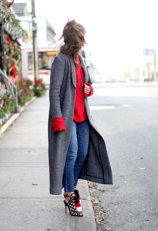 Как и с чем носить: темно-серое пальто, красный вязаный свитер, синие джинсы скинни, черные замшевые гладиаторы