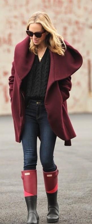 Как и с чем носить: темно-красное пальто, черный вязаный свитер, темно-синие джинсы скинни, темно-красные резиновые сапоги