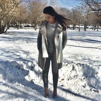 Как и с чем носить: серое пальто, серый вязаный свитер, темно-серые джинсы скинни, коричневые кожаные ботильоны