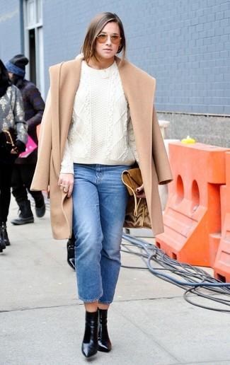 Как и с чем носить: светло-коричневое пальто, белый вязаный свитер, синие джинсы, черные кожаные ботильоны
