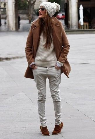 Как и с чем носить: коричневое пальто, бежевый вязаный свитер, бежевые джинсы, коричневые замшевые ботинки челси