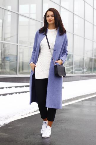 модный лук светло фиолетовое пальто белый вязаный свитер черные
