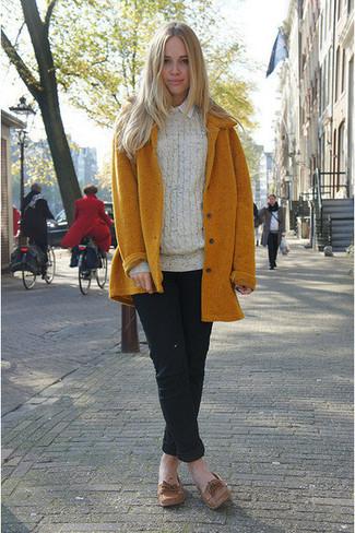Как и с чем носить: горчичное пальто, бежевый вязаный свитер, белая классическая рубашка, черные брюки чинос