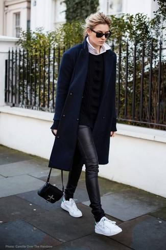 Как и с чем носить: темно-синее пальто, черный вязаный свитер, белая классическая рубашка, черные кожаные джинсы скинни