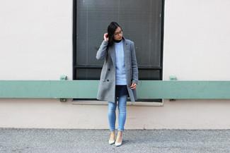 Как и с чем носить: серое пальто, голубой вязаный свитер, темно-синее платье с плиссированной юбкой, голубые джинсы скинни