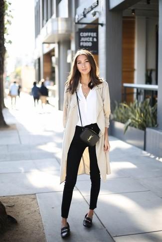Как и с чем носить: бежевое пальто дастер, белая шелковая блузка с длинным рукавом, черные джинсы скинни, черные кожаные лоферы