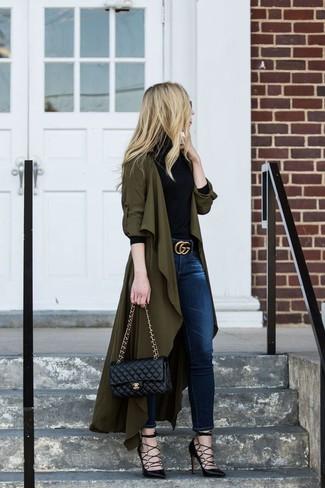 Как и с чем носить: оливковое пальто дастер, черная водолазка, темно-синие джинсы скинни, черные кожаные туфли