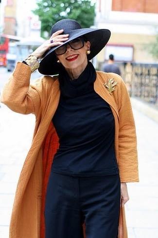 Как и с чем носить: оранжевое пальто дастер, темно-синяя водолазка, темно-синие широкие брюки, черная соломенная шляпа