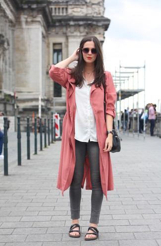 Как и с чем носить: розовое пальто дастер, белая классическая рубашка, темно-серые джинсы скинни, черные кожаные сандалии на плоской подошве