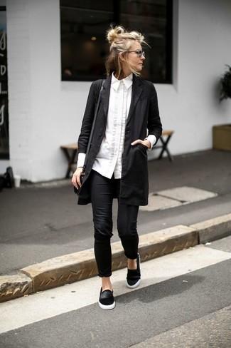 Как и с чем носить: черное пальто дастер, белая классическая рубашка, черные леггинсы, черные замшевые слипоны
