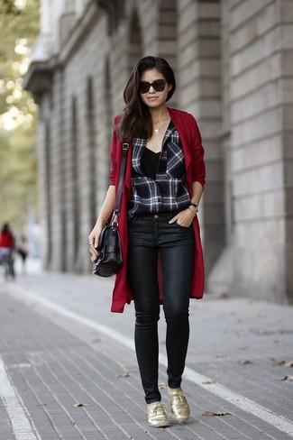 Черная майка: с чем носить и как сочетать женщине: Черная майка и черные кожаные джинсы скинни — великолепное решение для барышень, которые постоянно в движении. Преобразить образ и добавить в него чуточку классики помогут золотые кожаные оксфорды.